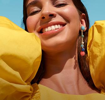 Modelo Mujer latina con joyería aretes Yanbal