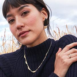 Modelo latina con joyas de tendencia joyeria Yanbal
