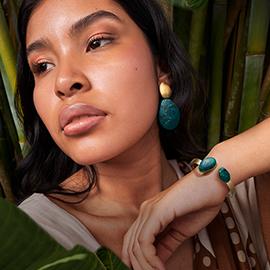 Modelo latina con joyas de impacto joyeria Yanbal