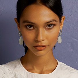 Modelo latina con joyas para ocasiones especiales joyeria Yanbal
