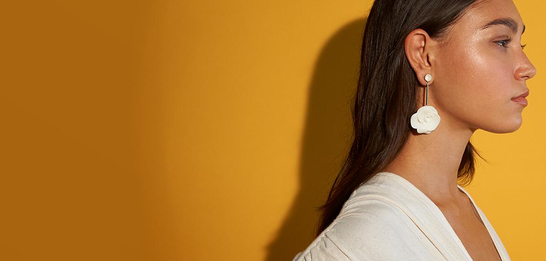 Modelo latina con joyeria Yanbal que llevan belleza y espiritu latino