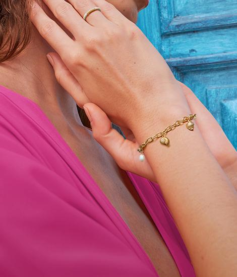Mano Modelo Mujer latina con joyeria pulseras Yanbal