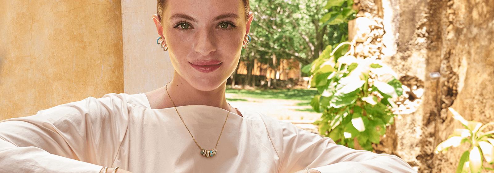 Mujer latina con joyas Yanbal