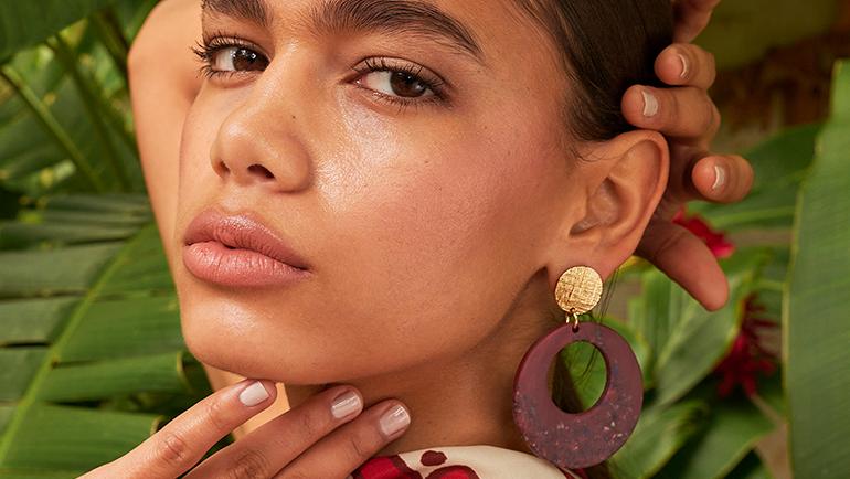 Portada de video modelo latina con piezas unicas joyeria yanbal